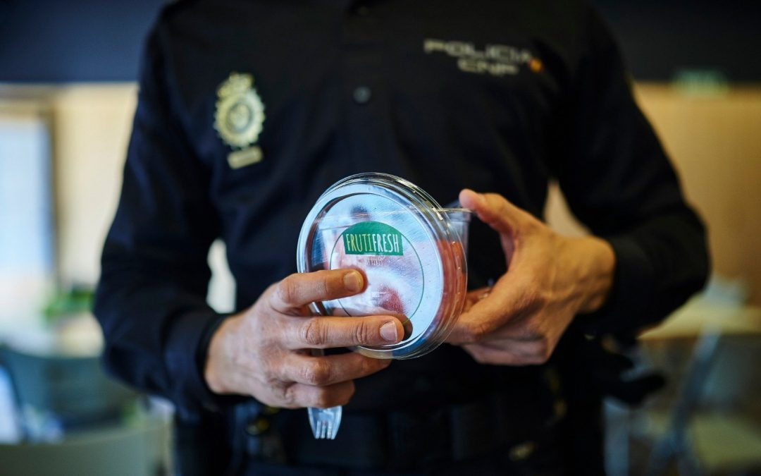 Policía nacional consumiendo Frutifres Productos IV gama