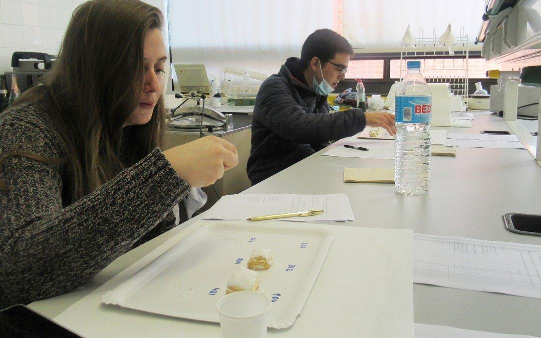 Investigadores en laboratorio de industria agroalimentaria